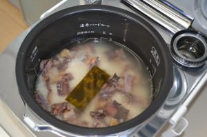 よくかき混ぜて、炊飯器のボタンを押します